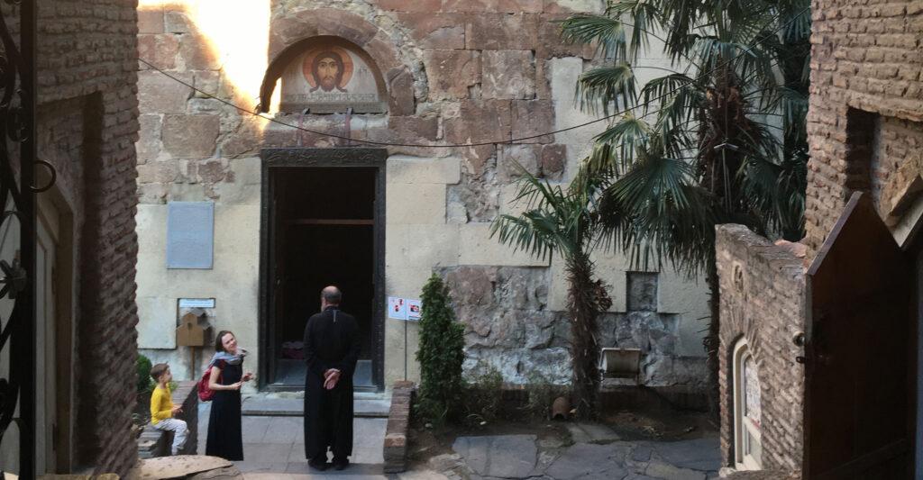 Der er mange hyggelige pladser foran kirkerne i Old Tbilisi, Georgien.