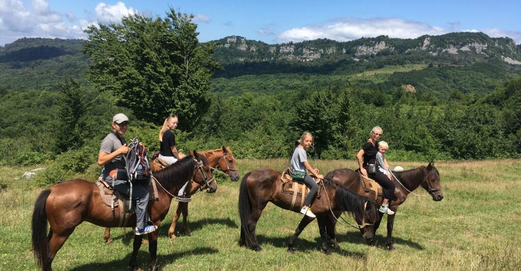 På hesteryg nær Terjola, Georgien.